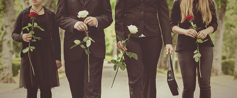 Familie op begrafenis, rouw en afscheid